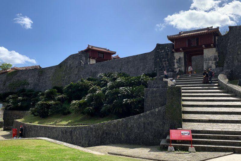 首里城門の前